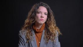 Close-upportret van sceptisch jong Kaukasisch wijfje die haar hoofd in ontkenning golven die negatief antwoorden stock videobeelden