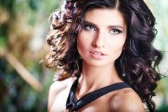 Close-upportret van schitterende donkerbruine vrouw met perfect make-up en kapsel Royalty-vrije Stock Fotografie