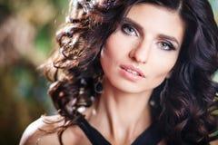 Close-upportret van schitterende donkerbruine vrouw met perfect make-up en kapsel Royalty-vrije Stock Foto's