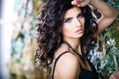 Close-upportret van schitterende donkerbruine vrouw met perfect make-up en kapsel Royalty-vrije Stock Afbeeldingen