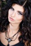 Close-upportret van schitterende donkerbruine vrouw met perfect make-up en kapsel Stock Fotografie
