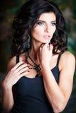 Close-upportret van schitterende donkerbruine vrouw met perfect make-up en kapsel Stock Afbeeldingen