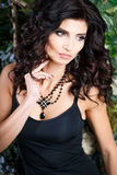 Close-upportret van schitterende donkerbruine vrouw met perfect make-up en kapsel Royalty-vrije Stock Afbeelding