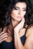 Close-upportret van schitterende donkerbruine vrouw met perfect make-up en kapsel Stock Foto's