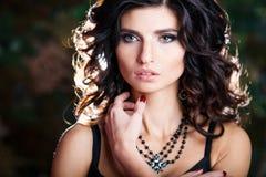Close-upportret van schitterende donkerbruine vrouw met perfect make-up en kapsel Stock Foto