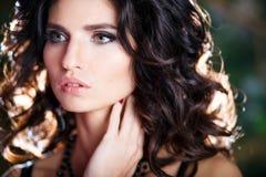 Close-upportret van schitterende donkerbruine vrouw met perfect make-up en kapsel Royalty-vrije Stock Foto