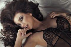 Close-upportret van sensuele donkerbruine dame. stock afbeelding