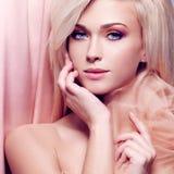 Close-upportret van sensuele jonge vrouw. royalty-vrije stock foto