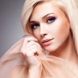 Close-upportret van sensuele jonge vrouw Royalty-vrije Stock Foto's