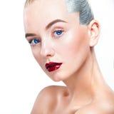 Close-upportret van sexy blondemeisje met make-up Mooi model, zilveren kapsel Geïsoleerdj op witte achtergrond voor royalty-vrije stock afbeeldingen