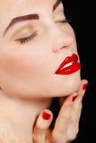 Close-upportret van sexy Europees jong vrouwenmodel met glamoursamenstelling en rode heldere manicure. Kerstmismake-up, bloedige r Royalty-vrije Stock Afbeeldingen