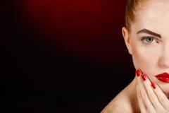 Close-upportret van sexy Europees jong vrouwenmodel met glamoursamenstelling en rode heldere manicure. Kerstmismake-up, bloedige r Royalty-vrije Stock Fotografie