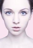 Close-upportret van sexy Kaukasische jonge vrouw met mooie B Stock Fotografie