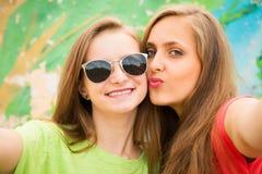 Close-upportret van twee tienersvrienden in hipsteruitrusting royalty-vrije stock fotografie