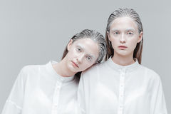 Close-upportret van twee vrouwen in slimme witte overhemden Stock Afbeelding