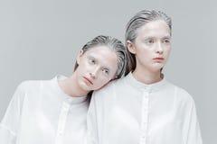 Close-upportret van twee vrouwen in slimme witte overhemden Stock Foto's