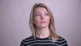 Close-upportret van volwassen aantrekkelijk blonde Kaukasisch wijfje dat nadenkend en een idee krijgt bekijkend camera met is stock footage