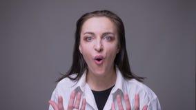 Close-upportret van volwassen aantrekkelijk Kaukasisch en verrast wijfje die zeggend wauw het bekijken camera met worden opgewekt stock footage