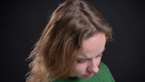 Close-upportret van volwassen Kaukasisch vrouwelijk modelgezicht die recht camera en stellend het werpen haar bekijken stock footage