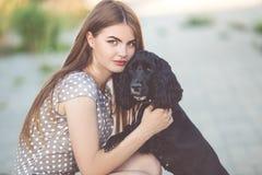 Close-upportret van vrij jong tienermeisje met cocker-spaniëlhond royalty-vrije stock fotografie