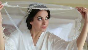 Close-upportret van vrij schuwe bruid met een sluier stock videobeelden