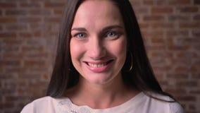 Close-upportret van vrouw, die in camera let op en zuiver en oprecht glimlacht stock footage