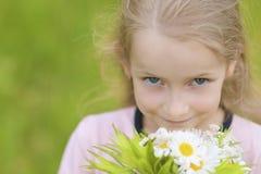 Close-upportret van weinig Kaukasisch meisje met het blauwe ogen houden Royalty-vrije Stock Fotografie