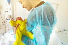 Close-upportret van zuigelingsgreep door vader in ICU stock foto's