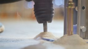 Close-upproces die Gat in Metaalsteun maken op Vloer stock videobeelden