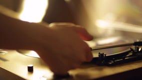 Close-upproces om een naald van een vinylspeler op een vinylverslag te plaatsen Het concept muziek Uitstekende speler stock videobeelden