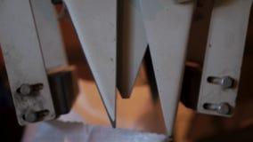 Close-upproces om korrel in witte canvaszakken in te pakken stock video