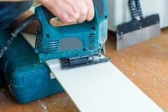 Close-upproces om paneel met figuurzaag te snijden Stock Foto's