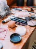 Close-upsamenstelling van de make-upproducten die op de lijst liggen stock foto's