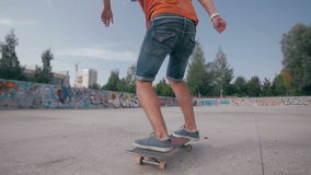 Close-upschot bij de truc met het skateboard stock video