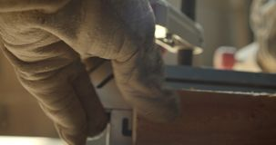 Close-upschot van een stuk van hout die bij vervaardiging worden geboord stock footage