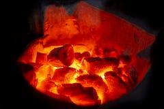 Close-upschot van houtskool het branden gloed in een fornuis stock foto's