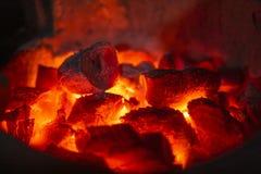 Close-upschot van houtskool het branden gloed in een fornuis royalty-vrije stock foto