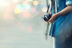 Close-upschot van jonge vrouwenhand die een retro filmcamera houden H royalty-vrije stock afbeelding