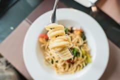 Close-upspaghetti met Bestek op witte plaat Italiaans voedsel Royalty-vrije Stock Foto