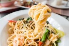 Close-upspaghetti met Bestek op witte plaat Italiaans voedsel Stock Fotografie