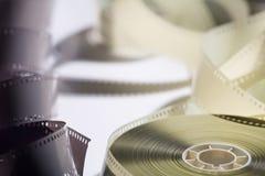 Close-upspoel met een negatieve 35mm film De exemplaarruimte voor kondigt aan Royalty-vrije Stock Afbeelding