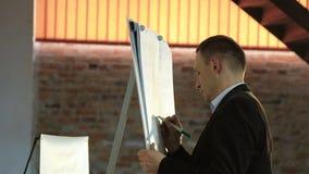 Close-upspreker Coaching die aan boord van Bedrijfsconcept schrijven stock video