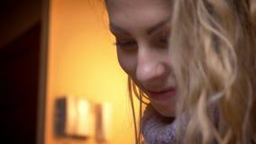 Close-upspruit door camera die zich van de vrouwelijke handen bewegen die op de tablet aan het glimlachen van de mooie vrouw gezi stock footage