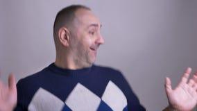Close-upspruit van de volwassen Kaukasische mens die cheerfully en pret voor de camera hebben dansen stock videobeelden