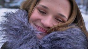 Close-upspruit van jong aantrekkelijk Kaukasisch meisje met donkerbruin camera bekijken en haar die gelukkig glimlachen stock footage