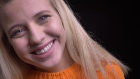 Close-upspruit van jong aantrekkelijk Kaukasisch wijfje met lang verrast opgewekt en blondehaar die worden gelukkig glimlachen stock video