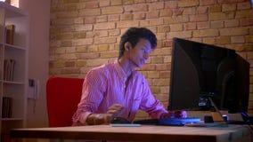 Close-upspruit van jong Indisch aantrekkelijk mannetje blogger in vibes die videospelletjes op de levende computer en stromen spe stock footage