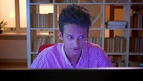 Close-upspruit van jong Indisch aantrekkelijk mannetje gamer in vibes die op de computer spelen die en op camera stromen spreken stock footage