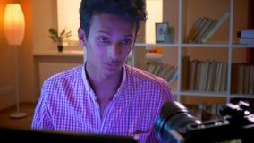 Close-upspruit van jong Indisch aantrekkelijk mannetje vlogger in vibes die videospelletjes op de en computer spelen die stromen  stock videobeelden
