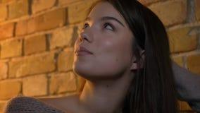 Close-upspruit van jong vrij Kaukasisch wijfje die en in een comfortabele flat binnen rusten dromen royalty-vrije stock foto's